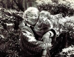 写真は、1985年4月、写っているのは亡くなった祖母と、長女です。この長女もすでにお母さんです。